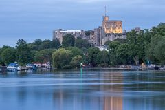 Windsor Castle que negligencia o rio Tamisa, Inglaterra fotos de stock royalty free