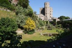Windsor Castle trädgård och springbrunn på en molnfri sommardag royaltyfri bild