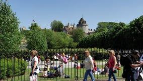 Windsor Castle y peatones que caminan a casarse