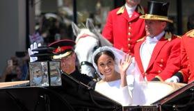 Windsor, het UK - 19/5/2018: De prins Harry en Meghan Markle-de huwelijksoptocht door straten van Windsor steunen dan Windsor Cas Royalty-vrije Stock Foto