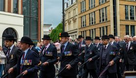 Windsor, het UK - 18 Mei 2019: De Huishoudencavalerie merkt hun vertrek van Comberme-Barakken stock foto's
