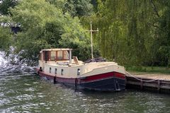 WINDSOR, MAIDENHEAD & WINDSOR/UK - JULY 22 : Wide beamed boat mo royalty free stock image
