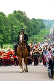 Windsor, Reino Unido - 18 de mayo de 2019: La caballer?a del hogar marcar su salida de los cuarteles de Comberme imágenes de archivo libres de regalías