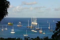 Windstar verankerd met het bezoeken van jachten in de baai van admiraliteit Stock Foto
