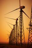 WindStromerzeugung, Windkraftanlagen auf Ackerland mit Sonnenuntergang Stockfotografie