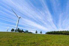Windstromgenerator auf der Wiese Stockfoto