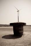 Windstromgenerator und -schiffspoller Lizenzfreies Stockfoto