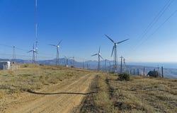 Windstromgeneratoren in einem Kraftwerk lizenzfreie stockfotos