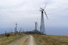 Windstromgeneratoren in einem Kraftwerk stockfotografie