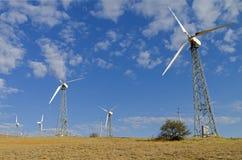 Windstromgeneratoren gegen den blauen Himmel stockfotografie