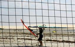 Windsufer door netto volleyball Royalty-vrije Stock Afbeelding