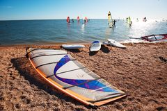Windsurf доски на песке на пляже Виндсерфинг и активный образ жизни Стоковые Изображения RF