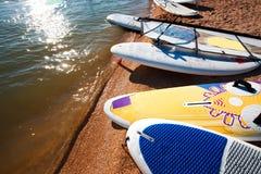 Windsurf доски на песке на пляже Виндсерфинг и активный образ жизни Стоковые Изображения