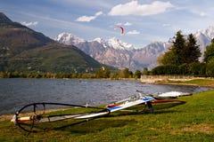 Windsurf на береге Lago di Como в Италии Стоковые Изображения RF