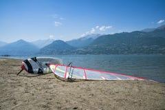Windsurf на пляже Стоковые Изображения