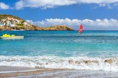 Windsurf с красным ветрилом Водные виды спорта на каникулах Стоковое Изображение RF