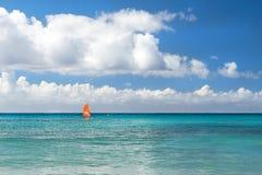 Windsurf с красным ветрилом Водные виды спорта на каникулах Стоковая Фотография RF