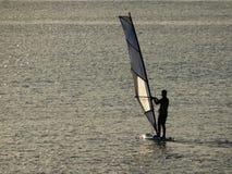 Windsurf con la luz de la puesta del sol imagen de archivo libre de regalías