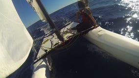 Windsurf das Katamaran, das schnell in Ozean mit zwei Leuten auf dem Rand geht, extrem stock footage