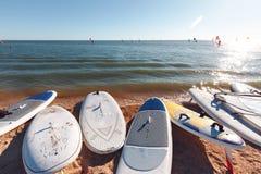 Windsurf deski na piasku przy plażą Windsurfing i aktywny styl życia Zdjęcia Royalty Free