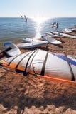 Windsurf deski na piasku przy plażą Windsurfing i aktywny styl życia Fotografia Royalty Free