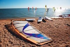 Windsurf deski na piasku przy plażą Windsurfing i aktywny styl życia Obrazy Royalty Free
