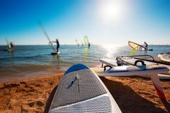 Windsurf deski na piasku przy plażą Windsurfing i aktywny styl życia Fotografia Stock