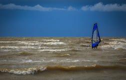 Windsurf después de la tormenta en el mar Báltico imagen de archivo