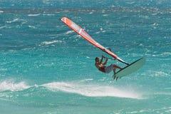 Windsurf in die Wellen Stockfotos