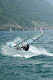 Windsurf el salto foto de archivo