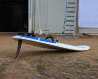 Windsurf el tablero en la tierra foto de archivo libre de regalías