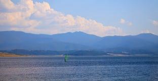 Windsurf en el lago búlgaro Imágenes de archivo libres de regalías