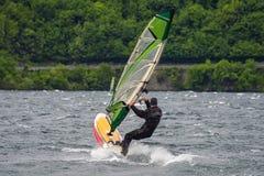 Windsurf en el lago Como imagen de archivo