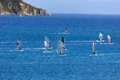 Windsurf en la bahía de Vassiliki, isla de Lefkada, Grecia imagen de archivo