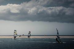Windsurf en la playa de Sotavento imagen de archivo