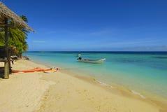 Windsurf i łódź motorowa na piaskowatej plaży Obrazy Stock
