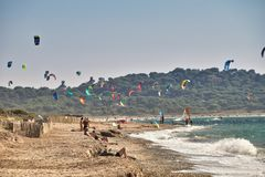 Windsurf kitesurf an einem windigen Tag lizenzfreies stockbild