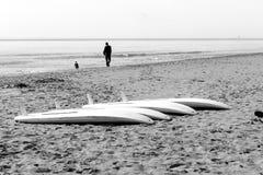 Windsurf las tablas en la arena Fotos de archivo libres de regalías