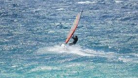 Windsurf masculino en ondas profesionalmente, interesante y aventurada afición, forma de vida almacen de metraje de vídeo