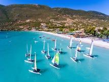 Windsurf os barcos em Vasiliki, ilha de Lefkada Grécia Ioanian fotos de stock royalty free