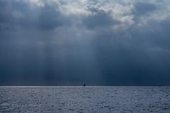 Windsurfe no mar antes de uma tempestade poderosa Fotografia de Stock