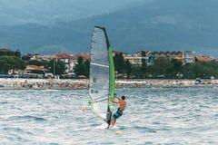 Windsurfen auf dem Meer Lizenzfreie Stockfotos