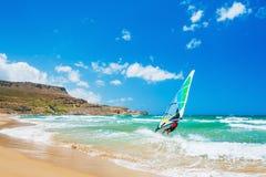 Windsurfen auf der Seeküste lizenzfreie stockfotos