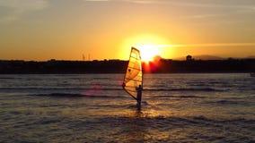 Windsurfen bei Sonnenuntergang stock video