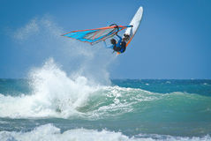 Windsurfen springt vom Wasser heraus Lizenzfreies Stockbild