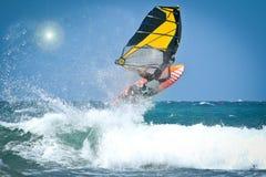Windsurfen springt vom Wasser heraus Stockfoto