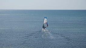 Windsurfer żeglowania deska iść otwarte morze zdjęcie wideo