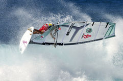 Windsurfer που πετά στο κύμα Στοκ Φωτογραφία