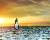 Windsurfer в море с сценарным небом захода солнца Тонизированный, пирофакел солнца объектива Активная концепция каникул спорта Стоковые Изображения RF