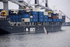 Windsurfer в отличие от гигантского контейнеровоза Стоковые Изображения RF